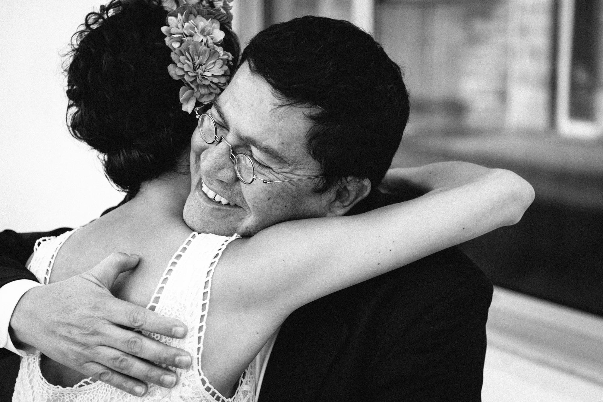 Hermione McCosh Photography - mariage détendu en France. Mariée avec son pére