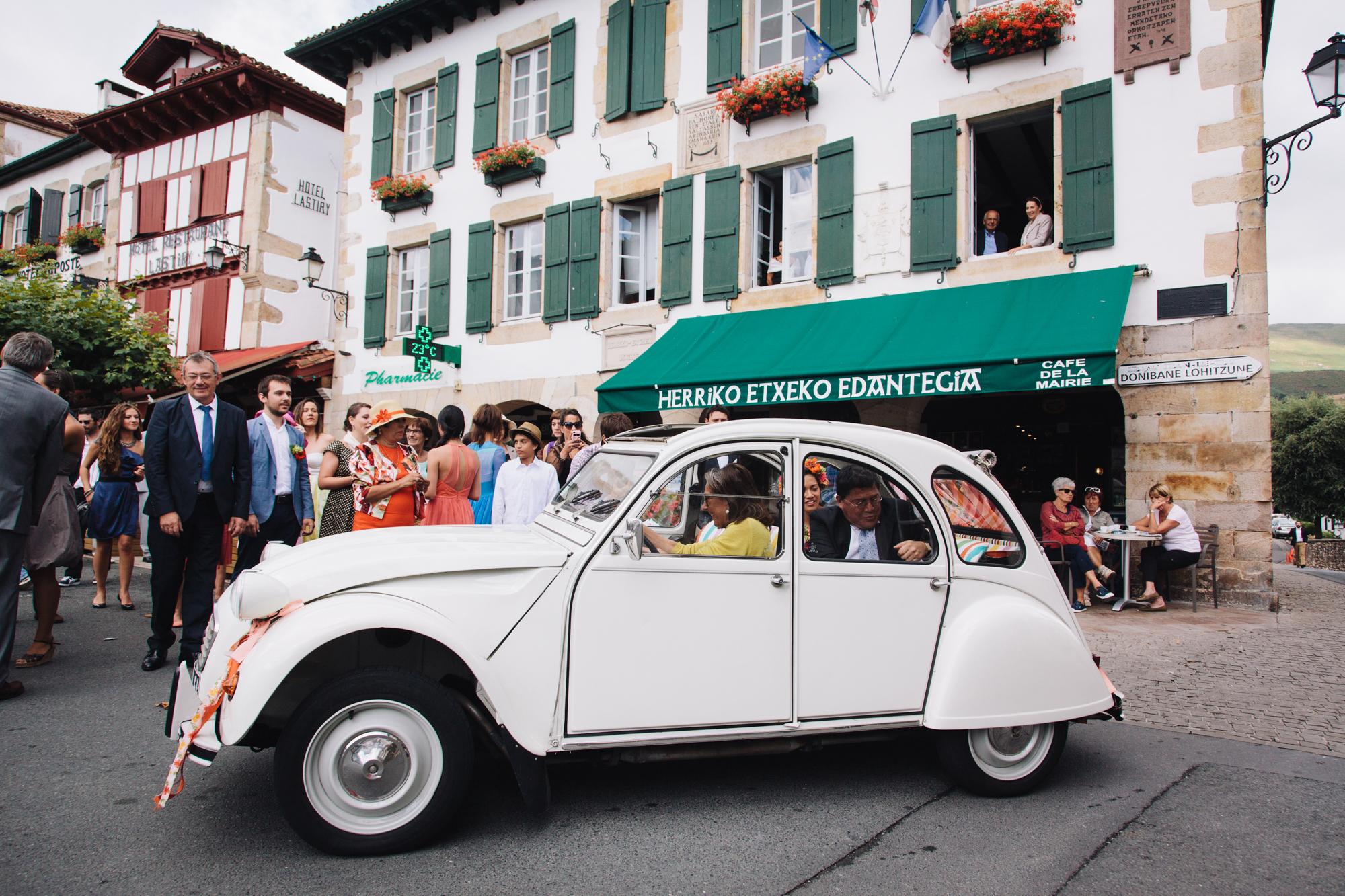 Hermione McCosh Photography - mariage détendu en France - voiture vintage